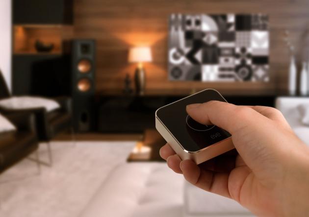 Inteligentní ovladač Eve button (Elgato), založený na technologii Apple HomeKit, umožňuje aktivovat konkrétní scény pouhým stiskem bez použití Siri nebo aplikace Home, cena 1 032 Kč, WWW.ISTYLE.CZ