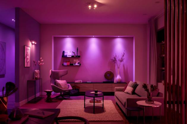 Bezdrátové chytré osvětlení Hue White and Color ambiance (Philips) umožňuje hrát si s barvami nebo synchronizovat světla s hudbou, hrami a filmy, základní sada se třemi žárovkami a dvěma ovladači, kompatibilní s Apple HomeKit, cena 5 499 Kč, WWW.PHILIPS-HUE.COM