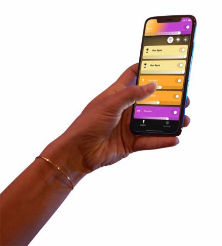 Bezdrátové chytré osvětlení Hue White and Color ambiance (Philips) umožňuje hrát si s barvami nebo synchronizovat světla s hudbou, hrami a filmy, základní sada se třemi žárovkami a dvěma ovladači, kompatibilní s Apple HomeKit, cena 5 499 Kč, WWW. PHILIPS-HUE. COM