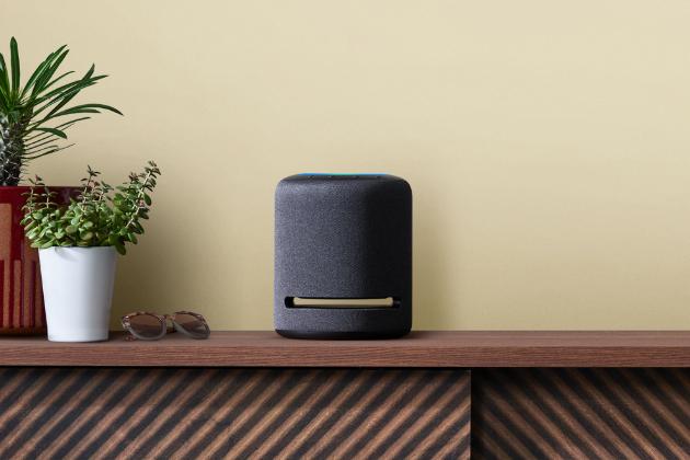 Hlasový asistent Amazon Alexa (Amazon Echo Studio) slouží k ovládání chytré domácnosti a přehrávání hudby, jeden mikrofon pro snímání okolního zvuku, podpora Spotify a 3,5mm audio výstup, cena 7 390 Kč, WWW. CONRAD. CZ