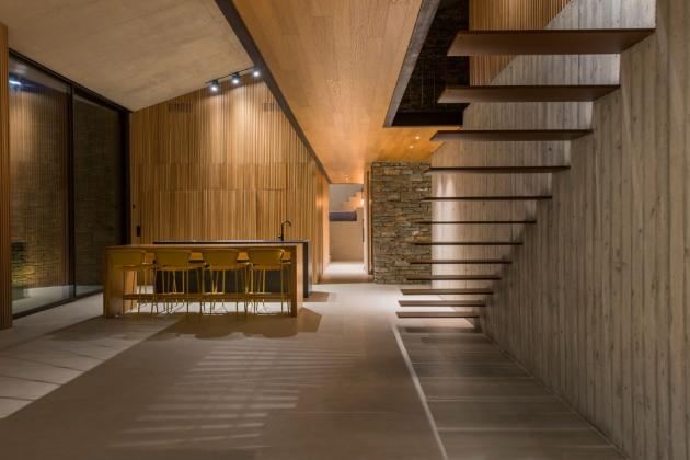 Zpoužitých materiálů převažuje kámen, pohledový beton, dřevo a kov.