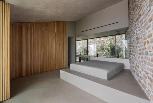 Přední část je otevřená na východ, zatímco zadní okna směřují do vnitřní zahrady, zvyšují proudění vzduchu a propouštějí světlo do rezidence.