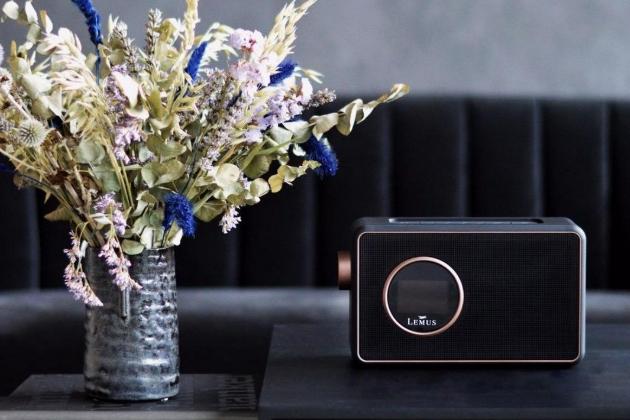 Lemus DAB+ 2.0: Dánská značka Lemus věří, že audio má být i pastva pro oči. Jeho rádio Lemus DAB+2.0 tak určitě zaujme svým retro šikem. Jak už ale jeho název napovídá, kromě FM vln umí přijímat i signál digitálního rozhlasového vysílání. Samozřejmostí je Bluetooth, ale i sdružený výstup pro sluchátka nebo pro signál z mobilního telefonu. Prodává výhradně showroom VOIX Premium Audio, Dušní 3, Praha – Staré Město. Cena: 3590,-.
