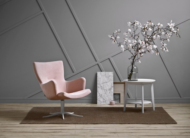 Křeslo Gyro, design Jan Ekström, textilie, kůže i ovčí kožešina, cena od 29 970 Kč, WWW.CASAMODERNA.CZ