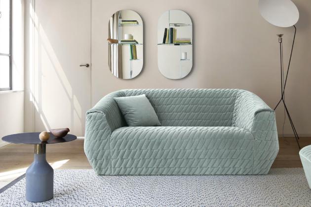 Sofa Uncover Medium (Ligne Roset), design Marie Christine Dorner, více textilií, cena od 75 000 Kč, WWW.LIGNE-ROSET.CZ