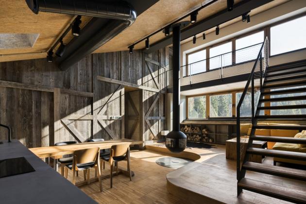 Interiér novostavby odráží jedinečnou atmosféru horského prostředí především volbou materiálů a velkorysým prostorovým řešením