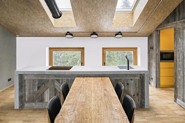 Minimalistické prostorové řešení, industriální charakter materiálů a rustikální struktury se vzájemně doplňují a tvoří kompaktní celek