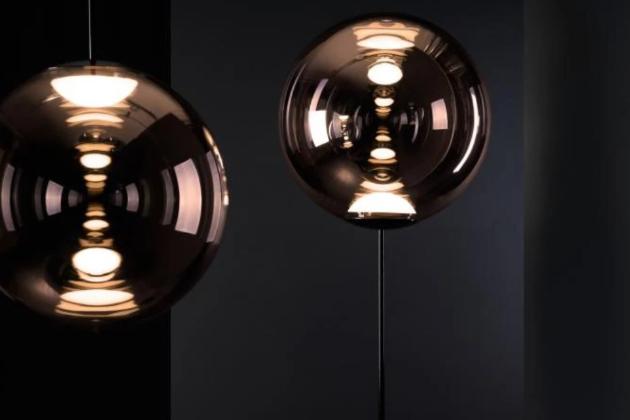Osvětlení Globe (Tom Dixon) vrhá na své okolí světlo s větší energií, než svého času diskokoule...