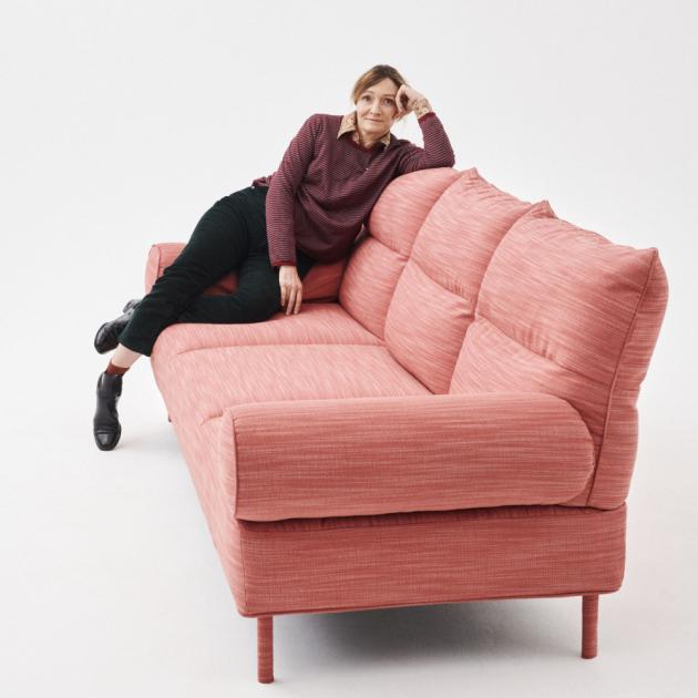 Komfort pohodlné postele a univerzálnost pohovky spojuje v jeden elegantní celek modulární série Pandarine (Hay).