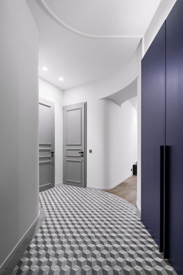 Dekorativní lišty se elegantně linou celým interiérem. Dobový nádech propůjčuje interiéru také keramická dlažba s hexagonálním efektem v chodbě