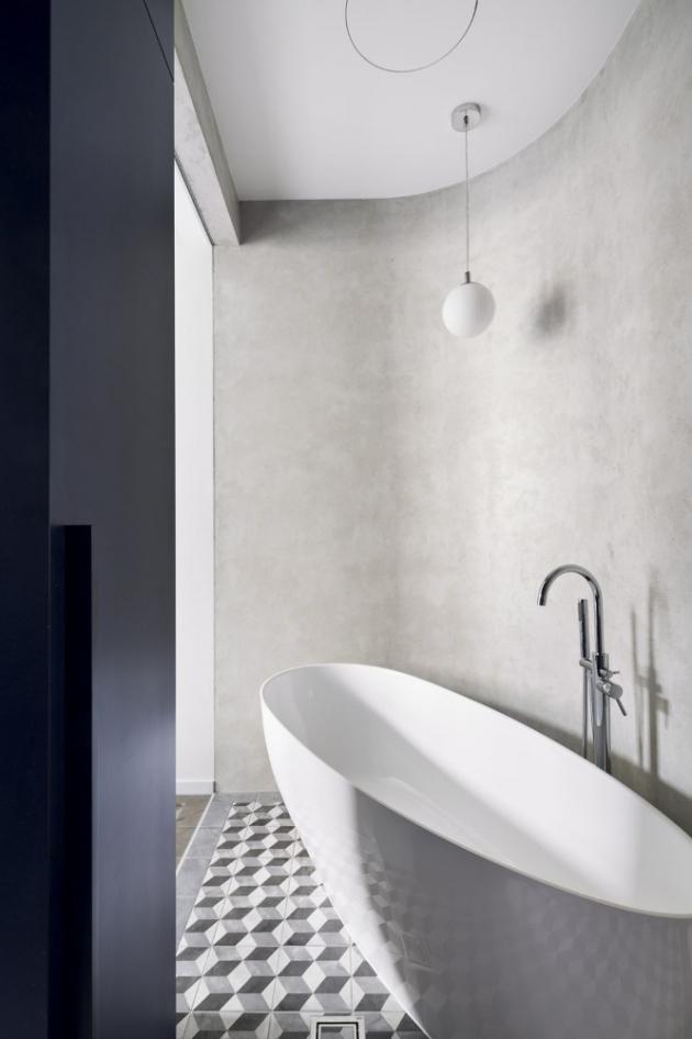 Zaoblený roh v koupelně pomohl elegantně usadit oválnou volně stojící vanu Goya (Besco)