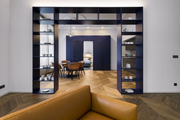 Nábytkový modul je zhotovený na míru z modře lakované MDF desky. Bílé nádobí vyšlo z dílny studia Vjemy