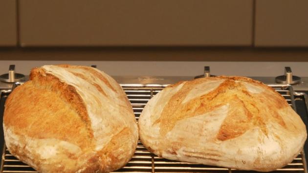 Bochník nechte vychladnout na mřížce a můžete servírovat svůj první křupavý domácí chléb.