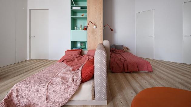 Dětský pokoj pro dvě dívky je originálně řešený díky praktickému upořádání nábytku a postelím vyrobeným na míru.