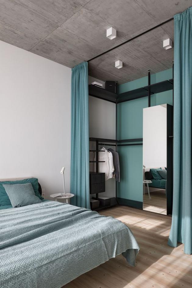 Hlavní ložnici sšatnou dominují mátové odstíny.