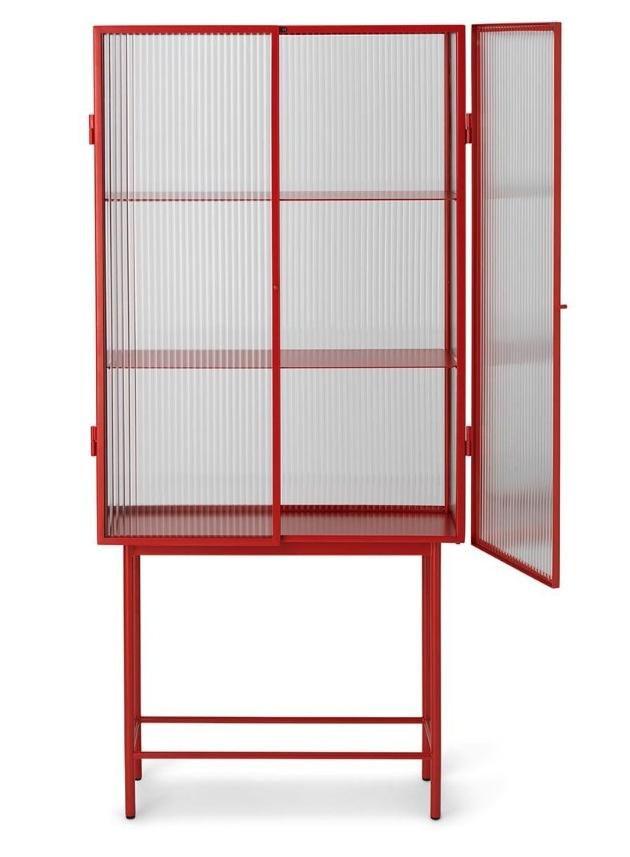 Haze (Ferm Living) v sobě spojuje přitažlivé protiklady. Uhlazený a matný kov versus vlnité sklo. Subtilní konstrukce jako pevná opora křehké výplni.