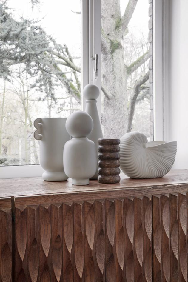 Keramické vázy z kolekce Muses, mramorová váza Bendum a kameninový květináč Shell (Ferm Living), cena od 1 519 Kč, WWW.DESIGNVILLE.CZ