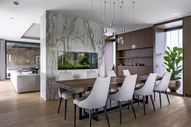 Vestavěné akvárium je obložené velkoformátovou keramikou, která se propisuje i na podlaze v zádveří a na několika dalších místech v domě
