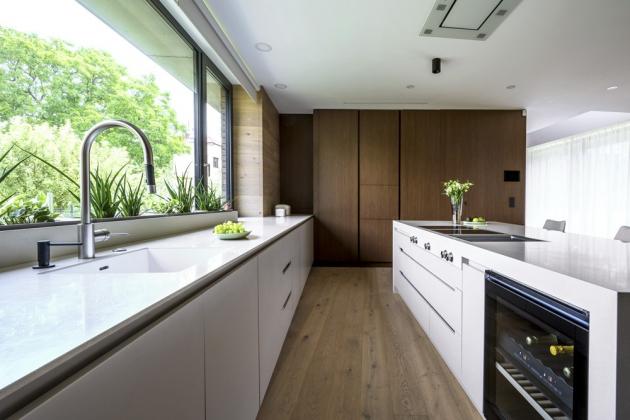 Řešení kuchyně je dimenzováno pro větší rodinu, která zde skutečně žije a hojně vaří¨