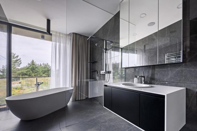 Architekti rozpracovali trend propojení ložnice s koupelnou a šatnou a majitelům vytvořili zázemí, které lze regulérně považovat za privátní apartmán