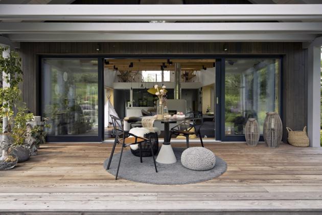 Prostorná krytá terasa v čele domu skýtá možnost trávit čas venku za každého počasí