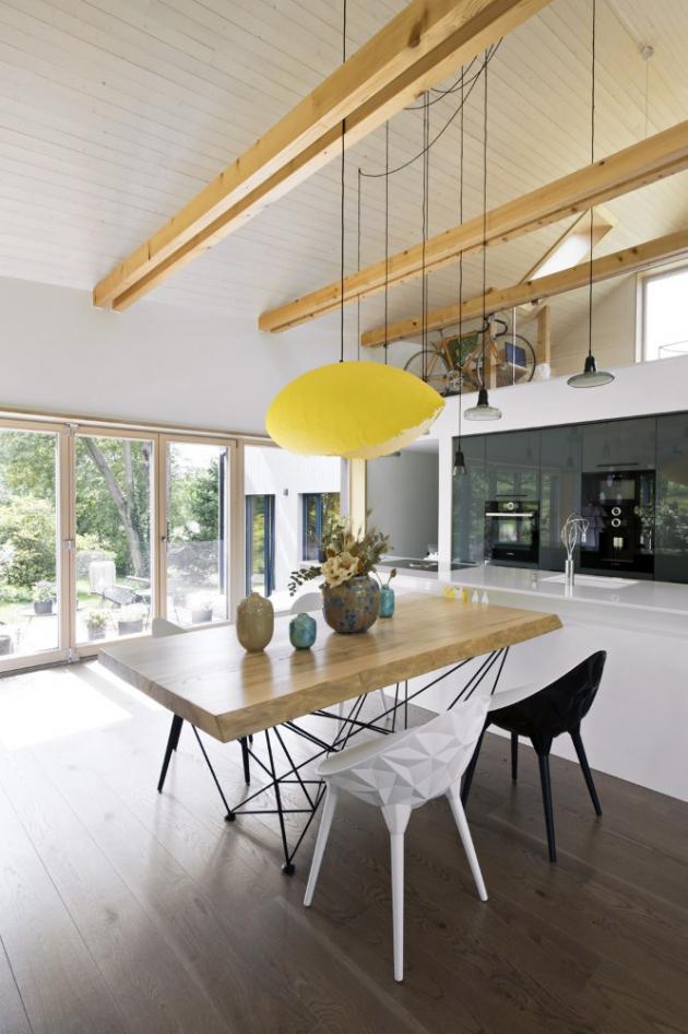 Interiéru dominuje přirozená struktura dřeva a bílá barva s akcenty v antracitových odstínech
