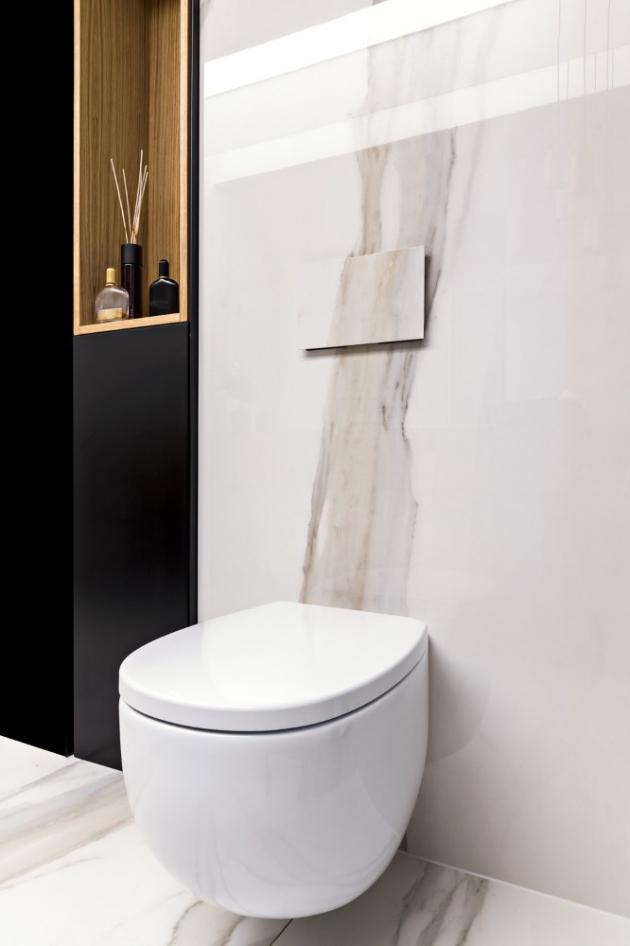 Aby kresba mramorových desek na stěně navazovala i na destičce záchodového tlačítka, bylo třeba z totožné obkladové desky vyříznout konkrétní část dekoru
