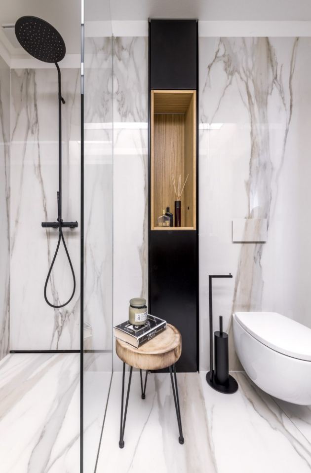 Během rekonstrukce bytu ve starší městské zástavbě přišla řadataké na koupelnu. Díky velkorysému rozpočtu a invenci návrhářůarchitektonického studia Divergent vznikl neotřelý interiér s několikazajímavými nápady.