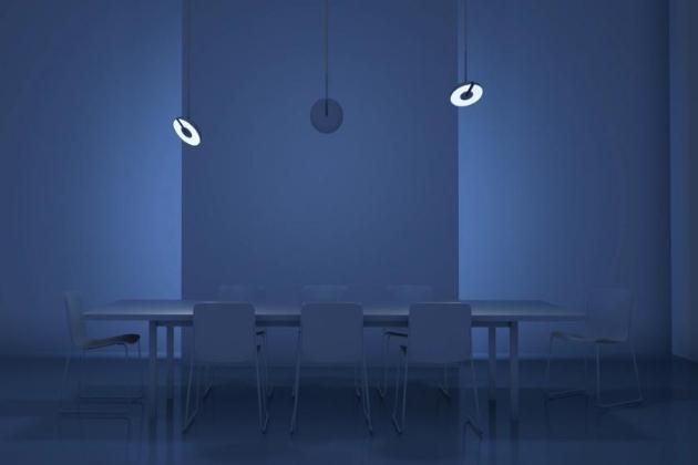 Závěsné svítidlo Lily (Eureka Lighting) vyniká jednoduchým vzhledem a mimořádnou flexibilitou. Stínidlo z litého hliníku poskytuje esteticky příjemné a efektivní řešení odvádění světla a tepla z LED zdroje, zatímco mechanismus ve středu svítidla umožňuje horizontální i vertikální orientaci, a nabízí tak přímé i nepřímé osvětlení podle libosti. Otočný úhel 350°, průměr svítidla 20 cm. Cena na dotaz, WWW. EUREKALIGHTING. COM