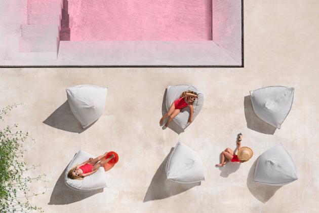 Neformální Sail Mini Pouf (Diabla) určený dětem má polstrování z polystyrenových kuliček, vytvaruje se proto na milimetr přesně podle aktuální polohy těla, a poskytne tak měkké objetí ze všech stran. Voděodolný vnější plášť, který je snímatelný, umožňuje použití také ve venkovních podmínkách. Design Héctor Serrano, rozměry 100 × 84 × 72 cm, cena 12 378 Kč, WWW.DIABLAOUTDOOR.COM