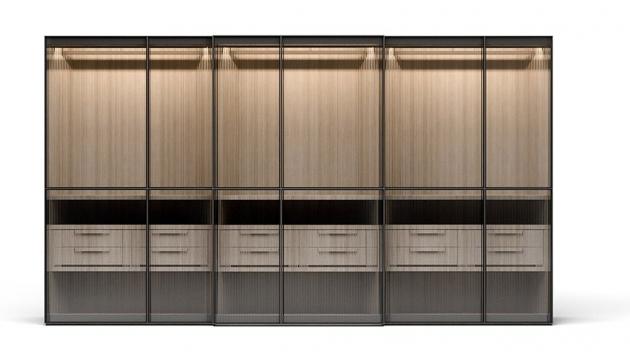 Šatní skříň Layer, skleněnou výplň posuvných dveří lze kombinovat s neprůhlednými materiály, např. dřevem nebo textilem, cena podle rozměrů a provedení na dotaz, WWW.CASAMODERNA.CZ