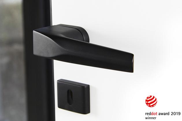 Dveřní kování ULTIMA z kolekce COBRA Q designéra Petra Novague, která posbírala nejvýznamnější světová designová ocenění včetně prestižní Red Dot Design Award