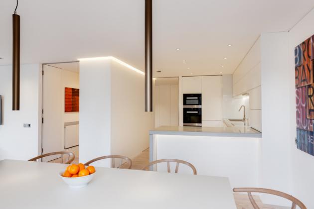Kuchyně byla propojena s obývací částí (Foto: Bruce Hemming / Mike Neale)