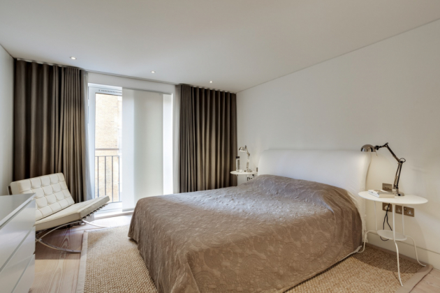 Ložnice je zařízena v jednoduchém stylu, kde dominují přírodní odstíny (Foto: Bruce Hemming / Mike Neale)