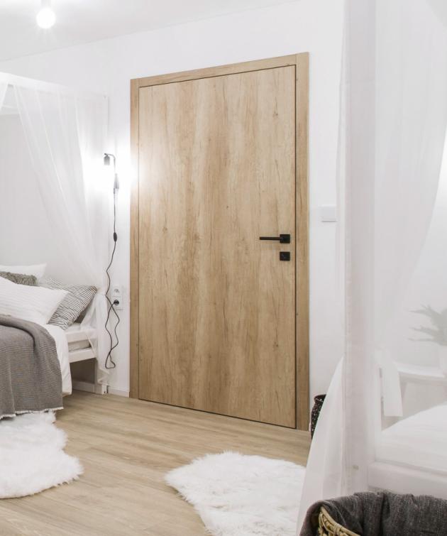 Bezfalcové dveře v dřevodekoru – inovovaná klasika bez pantů, které by mohly rušit jinak minimalistický interiér