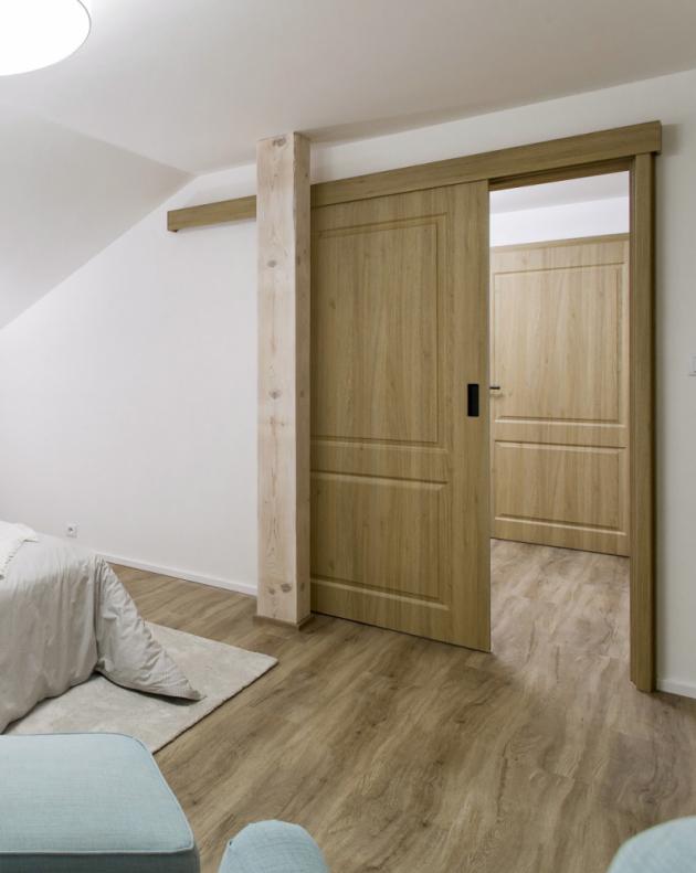 Líbí se vám posuvné dveře, ale nechcete podstupovat obtížné stavební úpravy? Pořiďte si posuvný systém na zeď