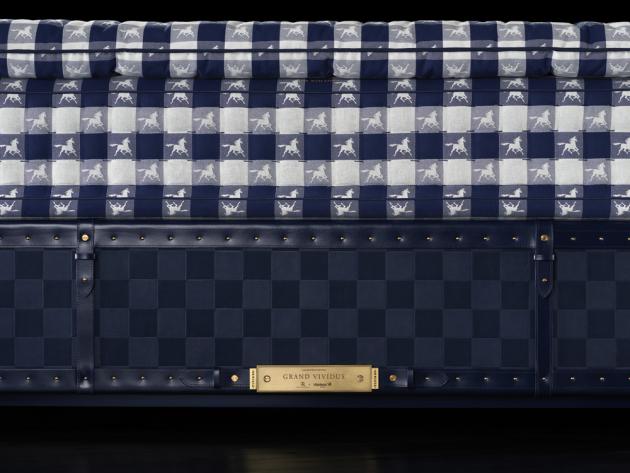 Grand Vividus je k dispozici v provedení Black Shadow, Traditional Blue, Phanthom Charcoal a Natural Shell. Shagreen – kůže s bohatou strukturou – symbolizuje po staletí vrchol sofistikovanosti a luxusu. Rafauli tuto exkluzivní kůži oživil a použil ji na rohy a dekorativní úchyty. Zlaté mosazné detaily – všechny kožené detaily jsou zajištěny zlatými mosaznými cvočky, které připomínají cvočky na koňských sedlech švédského královského dvora, ze stejného materiálu je i působivá jmenovka postele.