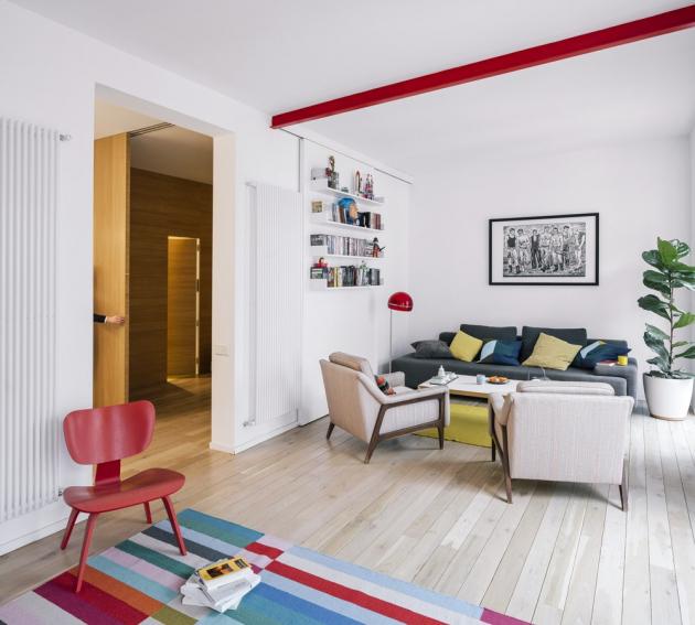 Pohovka v rámci interiéru není nijak dominantní – má spíše drobnější rozměry a oproti zbytku vybavení i méně nápadné barvy