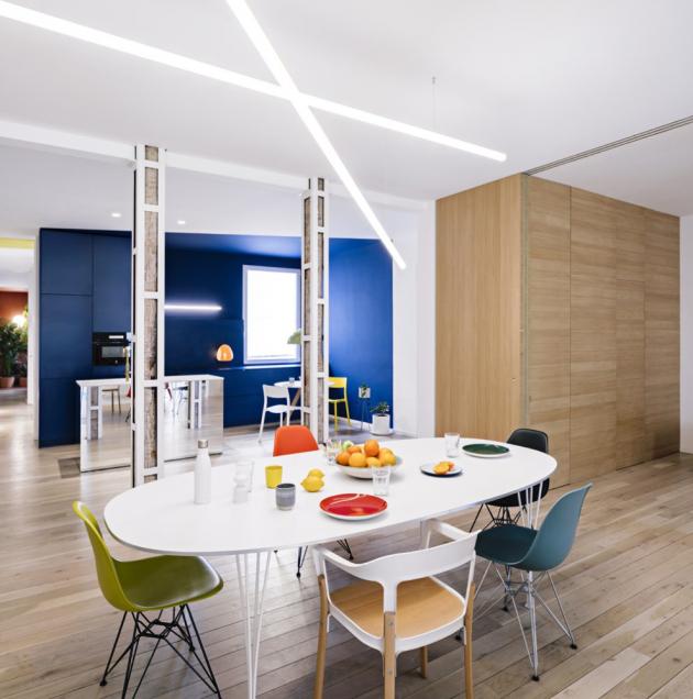 Centrálním bodem celého bytu je rozměrný jídelní stůl stvořený pro setkávání s přáteli