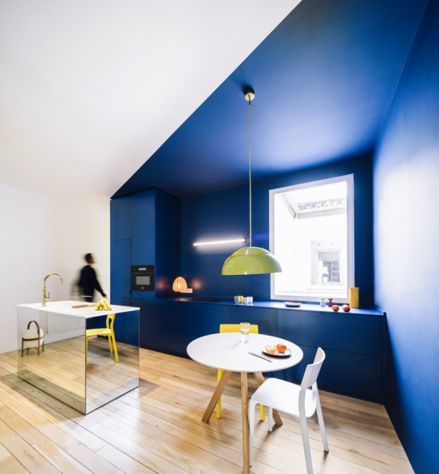 Maximálně otevřený a prosvětlený prostor s dramatickými barevnými akcenty – tak by se dala ve zkratce shrnout proměna, kterou prošel jeden z klasických městských bytů v centru španělského Madridu.
