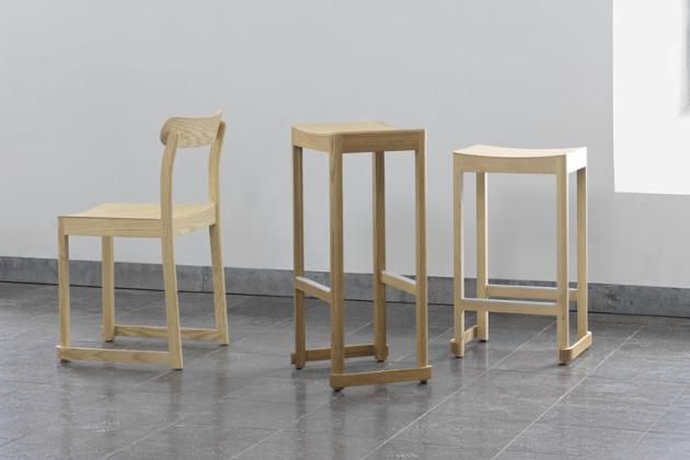 Finská značka Artek představuje vysokou stoličku Atelier Bar Stool, která doplňuje židli Atelier Chair navrženou v roce 2018 pro restauraci ve švédském Nationalmuseum, která má působit jako umělecký ateliér