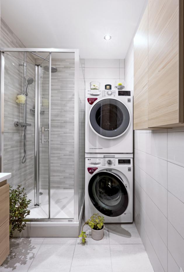 Sprchový kout z kolekce Cubito Pure je složený z pevné stěny a zalamovacích dveří v provedení transparentní sklo s úpravou proti usazování kapek vody