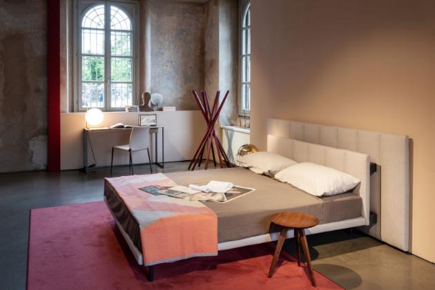 Postel Grangala italského výrobce Zanotta nabízí velmi vyváženou variantu postele, která díky svým dvěma samostatným čelním panelům různé velikosti vytváří plastický kontrast dvou rovin.