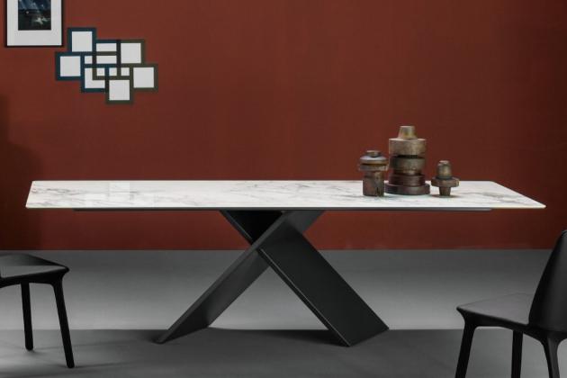 Elegantní jídelní stůl AX navrhl designér Gino Carollo pro značku Bonaldo.