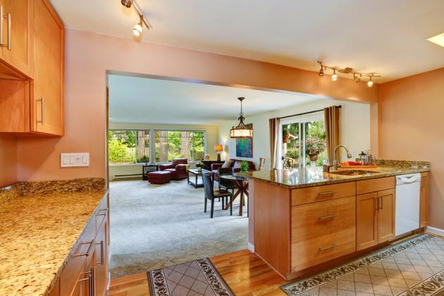 Pokud máte vkuchyňském koutu dostatek místa a potřebujete pracovní plochu také pro pomocníky, můžete zapojit i kuchyňský ostrůvek, oblíbený vamerických kuchyních.