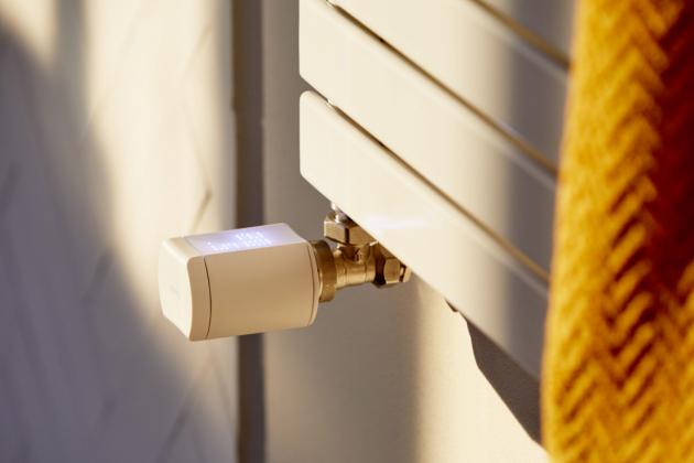 S TaHomou lze snížit náklady na provoz domácnosti, především za vytápění. Systém se postará jak o regulaci vytápění v závislosti na čase, teplotě i počasí, tak o jeho synchronizaci se stínicími prvky domu.