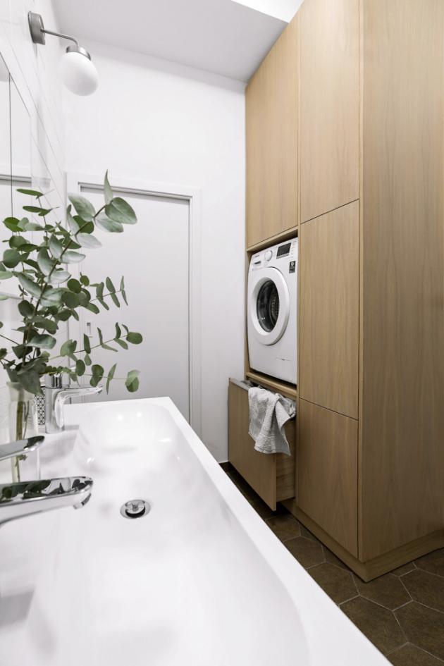 Méně obvyklé řešení s pračkou ve výšce umožnilo vměstnat do koupelny vše potřebné bez nutnosti změny půdorysu. Obklady a dlažba značky Equipe, obklady cik-cak Chevron a hexagony Hexatile.