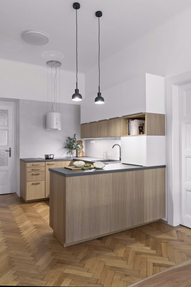 Už od 50. let 20. století platí, že mezi důležité ergonomické zvyklosti při zařizování kuchyně patří tzv. pracovní trojúhelník. Tohoto pravidla se držela také architektka Pavla Kosová v kuchyni pražského bytu na Floře.
