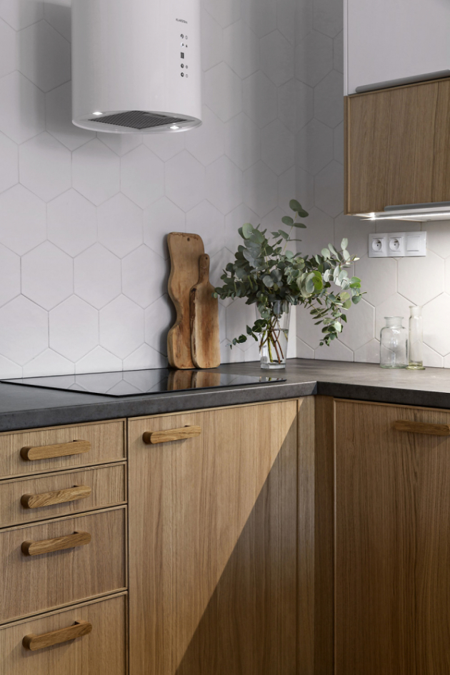 Jednotlivé prvky vybavení vybírala architektka z různých zdrojů. Svítidla nad kuchyňskou linkou a nad jídelním stolem jsou značky House Doctor, digestoř Klarstein Barett, obklady (hexagony) za kuchyňskou linkou Hexatile.