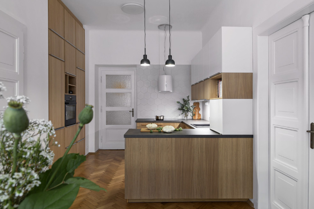 Zásadní změnou a velkým upgradem nové kuchyně je vestavěná nika, která rodině poskytuje dříve tolik chybějící úložné prostory.
